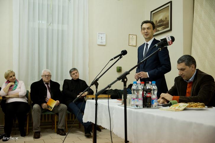 Hegedűs Zoltán alpolgármester, mellette balra a képviselőtestület Fideszes és KDNP-s tagjai, jobbra Lázár János miniszterelnökséget vezető miniszter a polgármester-választási kampányban tartott lakossági fórumon 2018. február 8-án Hódmezővásárhelyen