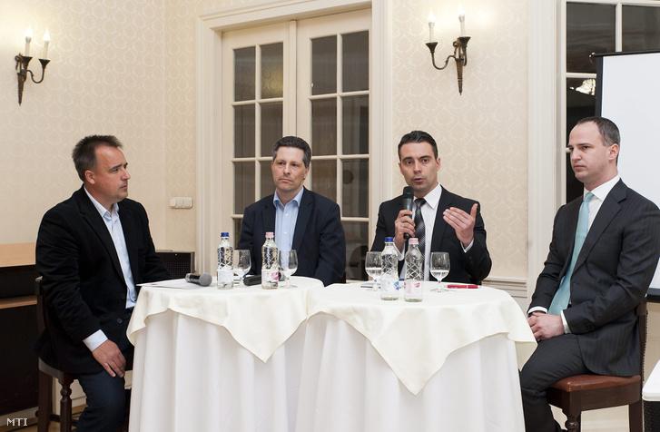 Török Gábor politológus, Schiffer András az LMP társelnöke, Vona Gábor a Jobbik elnöke és Szigetvári Viktor az Együtt elnöke (b-j) az ellenzéki pártvezetők kerekasztal-beszélgetésén Röjtökmuzsajon 2016. április 20-án.