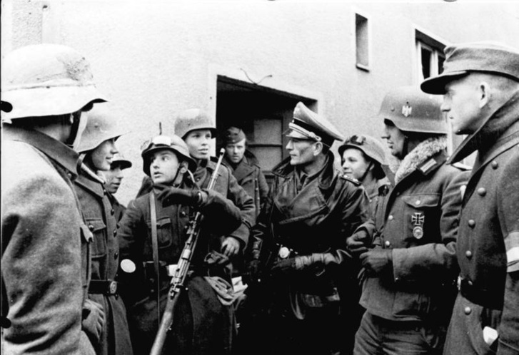 Hitlerjugend-tagok egy 1945-ös fotón
