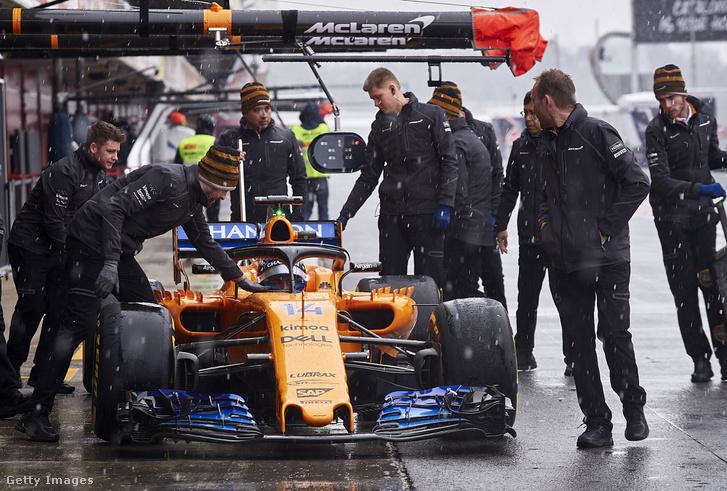 Alonso már akkor beült a McLarenbe, amikor még javában havazott