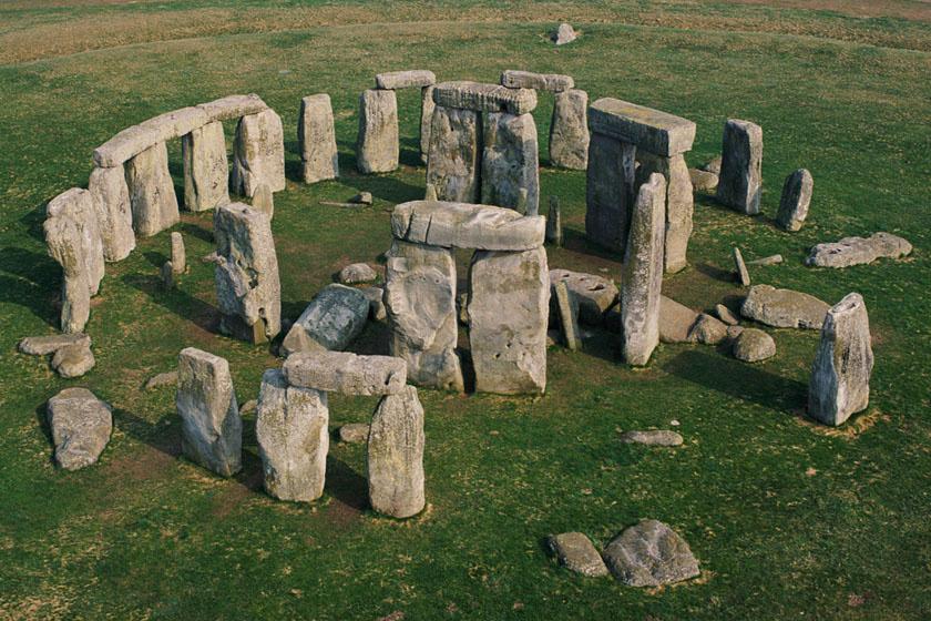 A Stonehenge Angliában, Salisbury-től 13 kilométerre északra található, körkörös, monumentális létesítmény, melyet óriási kövek alkotnak. Közelében leltek a rekonstruált férfi maradványaira.
