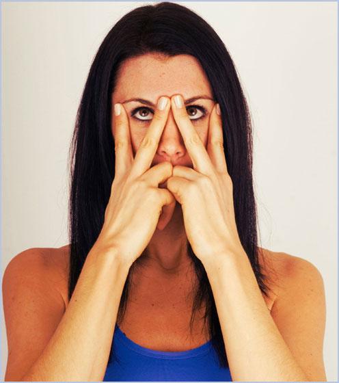 A V-gyakorlat jó a szarkalábak, táskás szemek ellen. Két-két ujjal nyomd meg nem túl erősen a szemöldök közét, a másik oldalon pedig a szem külső sarkát. Nézz fel, majd le, utána lazíts. Hatszor ismételd, majd tíz másodpercig pihenj.