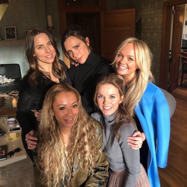 Egyébként nem most lett ilyen vicces, 2001-ben a férjével Ali G vendégei voltak, ahol az akkor még Spice Girlként ismert Victoria azzal poénkodott, hogy reméli egyszer felnő ahhoz, hogy olyan énekesnő legyen, mint Mariah Carey