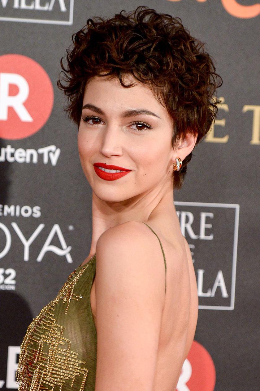 Úrsula Corberó frizurája modern, nőies, és amellett, hogy göndör, nyújtja az arcot. Határozott és dögös benyomást kelt.