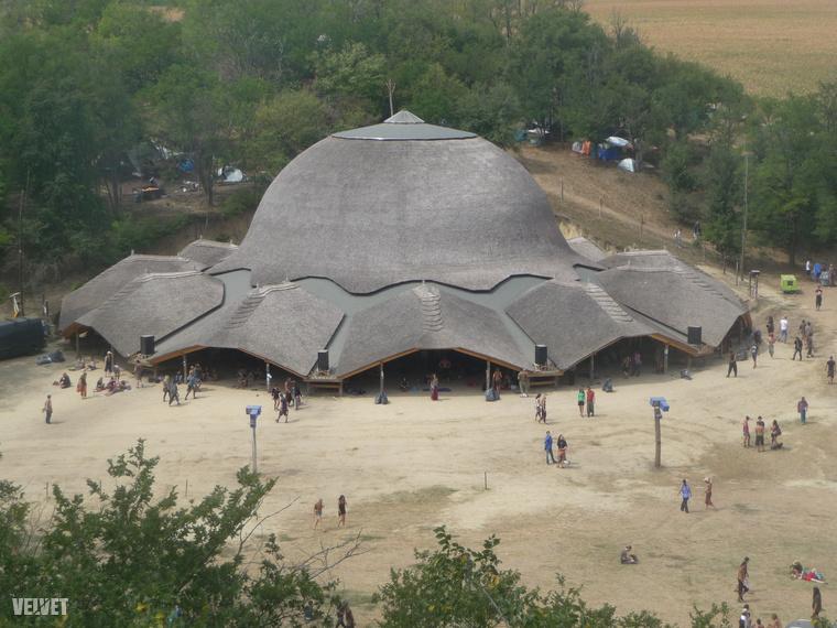 Így néz ki a Chill Out Dome a szemközti domb tetejéről nyáron, a fesztivál alatt...