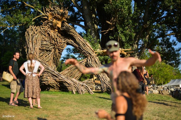 Így néz ki az Ozora Fesztivál egyik legfelismerhetőbb helyszíne a rendezvény alatt: a lenyűgöző méretű Ádám mellett még hatalmasabb Éva áll a fa takarásában