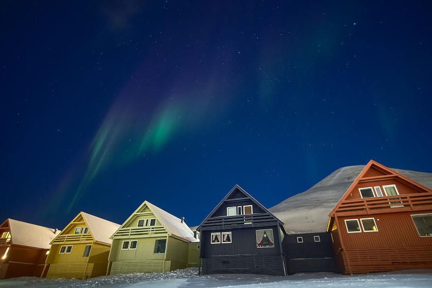 Longyearbyen legtöbb épülete csinos, gondozott és tarka - talán azért, hogy egy kis színt vigyenek a télbe. A nappalok ilyenkor elég sötétek ahhoz, hogy látni lehessen a sarki fényeket.