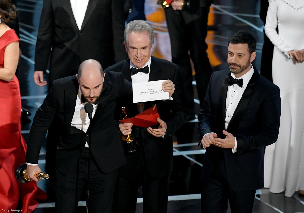 Az Oscar 89 éves történetének legnagyobb fiaskója: Warren Beatty és Faye Dunaway rossz borítékot kaptak a gálát felügyelő PwC munkatárstól, mert az inkább Twitterezgetett a színpad mögött. Így történhetett meg, hogy kicsit több mint két percig a Kaliforniai álom volt az Oscar-díjas film, míg a nagy kavarodásban ki nem derült a valódi győztes, a Holdfény. A káoszban csak a boríték tehetett rendet, amit Jordan Horowitz mutatott fel a kameráknak, hogy tisztázza: tévedés történt.