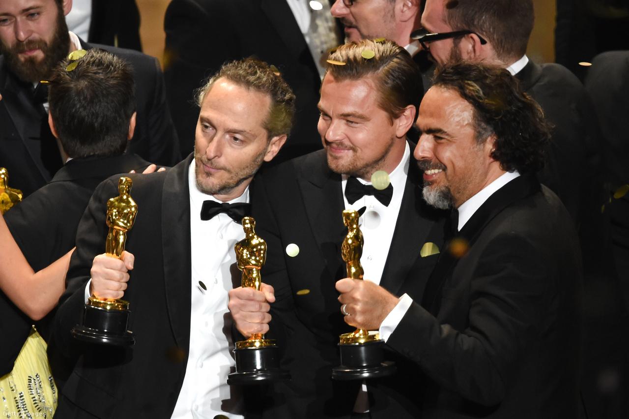 """Egy hosszú kergetőzés ért véget 2016-ban, amikor Leonardo DiCaprio végre """"díjra váltotta a jelölését"""". A színészt 1994-ben jelölték először a Gilbert Grape-ért, majd 2005-ben az Aviátorért, 2007-ben a Véres gyémántért, majd 2014-ben a Wall Street farkasért, itt produceri jelölést is kapott. Oscar bácsi viszont nem gyütt, egészen addig, amíg A visszatérőben jól meg nem kínozták, és végre a szobrot is elnyerte."""