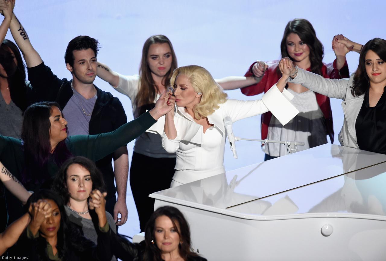 A metoo és a TimesUp mozgalom még sehol sem volt, amikor 2016-ban Lady Gaga az Oscar-gála színpadán foglalkozott a szexuális erőszak áldozataival:  Til is Happens to You című dala az egyetemi kampuszokon történt nemi erőszakokról szóló dokumentumfilm betétdala volt. Az érzelmes fellépésének a végére ellepték a színpadot az áldozatok, karjukon feliratokkal, mint: Nem a te hibád.