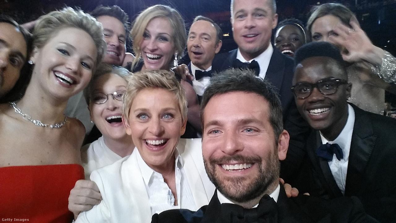 Az Oscar-gála állandó problémája, hogy nehéz izgalmasan és frissen tartani egy három órás tévéműsort. 2014-ben Ellen DeGeneresnek sikerült egészen merész húzásokat összehozni: pizzát rendelt a sztároknak, akiket aztán egy közös szelfire is összerántott. A képet megosztotta a Twitterén, majd megkérte a nézőket, hogy küldjék el mindenkinek. A fotót két óra alatt kétmillióan osztották meg.