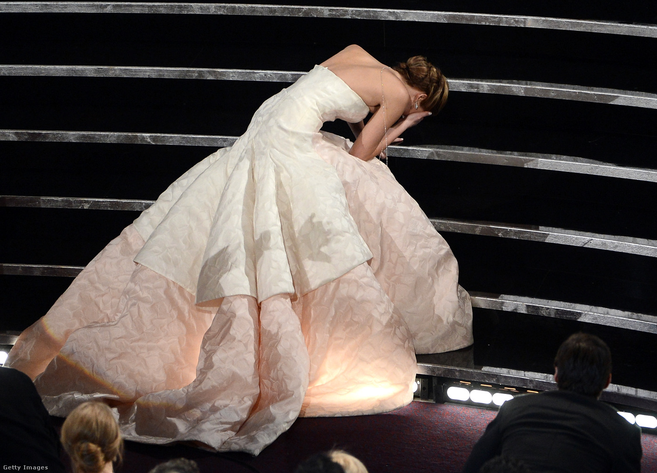 A 2013-as gála például különösen unalmas volt, az egyetlen igazán emlékezetes pillanat is egy szerencsétlen véletlen következménye: az akkor 22 éves Jennifer Lawrence Oscar-díjat nyert a Napos oldal főszerepéért, ami már önmagában nagy dolog lenne, de neki sikerült az egészet megfejelnie, amikor elesett a színpadra menet. (Lawrence a következő évben is elesett, akkor a vörös szőnyegen. Akkor is, mint azóta is mindig, Dior ruhát viselt.)