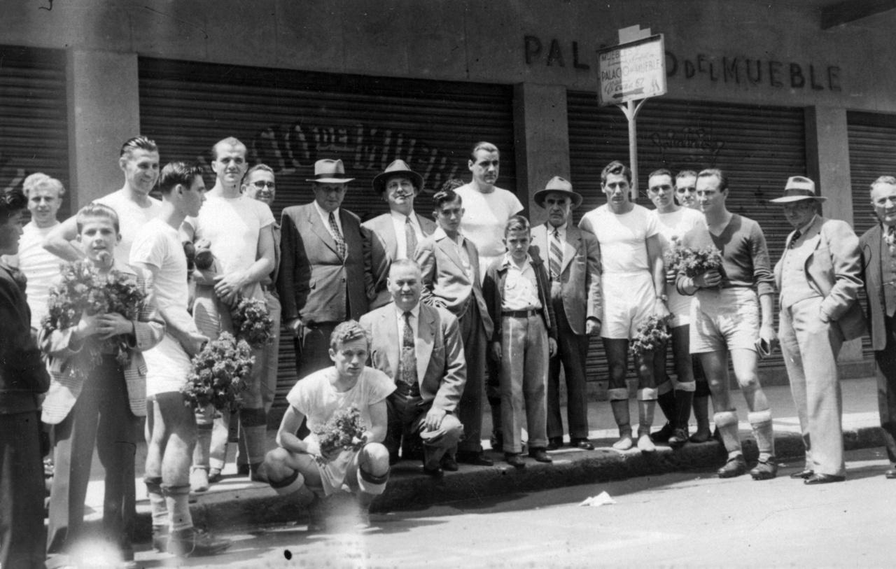 """Csapatkép rajongókkal a mexikóvárosi Palacio Del Mueble előtt. """"Ahol megjelenünk, mindenütt nagy ünneplésben részesülünk"""" – írta Lakat Károly."""