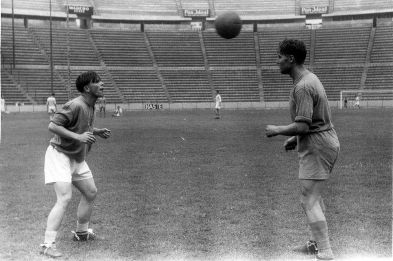 Az egyik mérkőzés előtt Puskás Ferenc és Rudas Ferenc tart fejelő edzést.