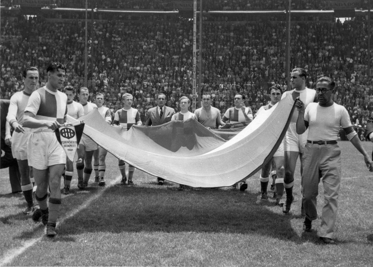 Egy szép gesztus a csapattól, a mexikói válogatott elleni meccsen a csapat viszi be a hazaiak lobogóját a középkezdéshez.
