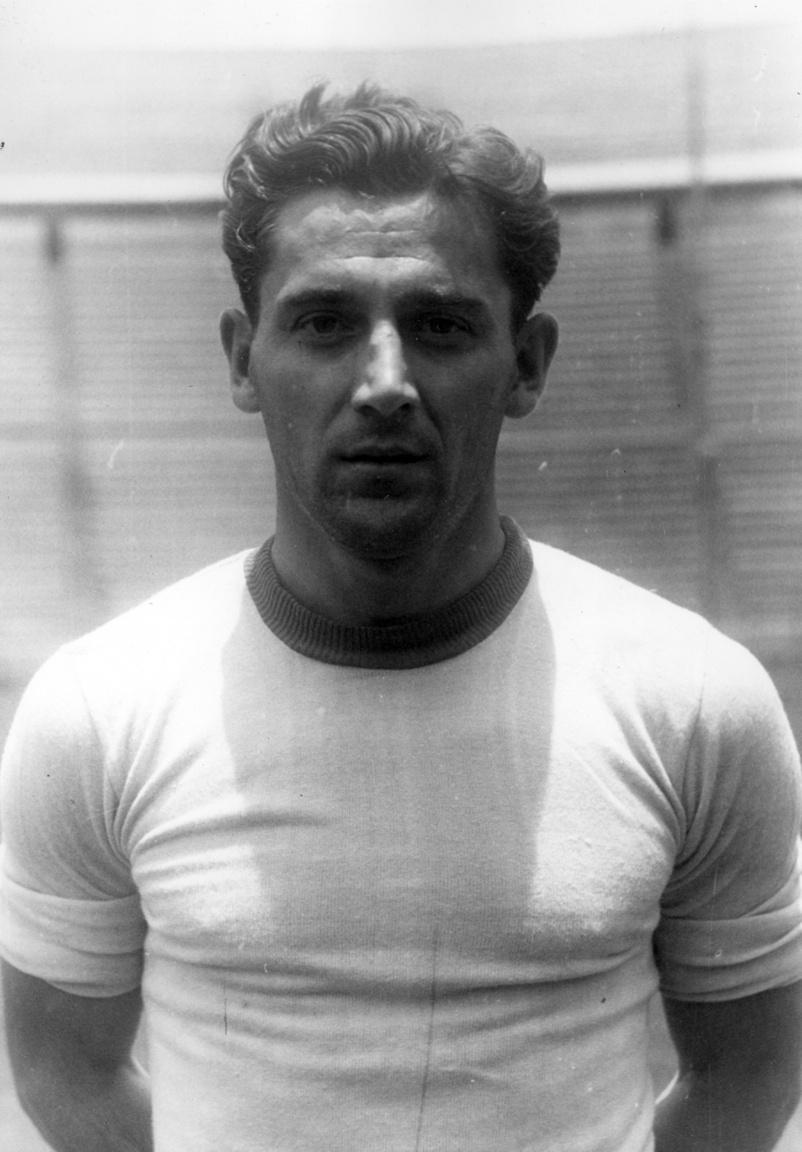 Rudas Ferenc, minden idők egyik legkiválóbb magyar hátvédje, akit saját idejében Európa egyik legjobb védői között tartottak számon. A Kőbányai TC, majd a Törekvés csapatain át került a Fradiba. A második világháborúban zászlósként szolgált, a háború utáni válogatottban ő szerezte az első magyar gólt. 1945-ben vette át az Üllői úti székház büféjének vezetését, amelyet az 1952-es államosításig vezetett. A válogatottban 23 meccsen szerepelt és 3 gólt szerzett. Az FTC Baráti Kör elnökségének a tagja, majd vezetője is volt. Két éve februárban, 94 éves korában, mint a legidősebb válogatott labdarúgó hunyt el.
