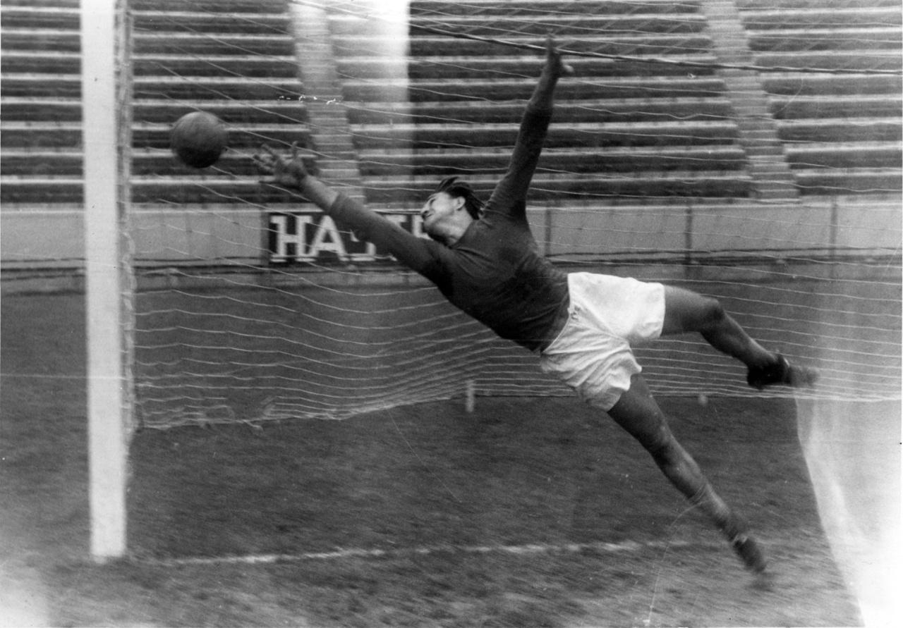 Henni Géza, egyik legkiválóbb magyar kapus. A Dózsa akkori alelnöke, az ávós főtiszt, Csáki Sándor zsarolással kényszerítette, hogy a lila-fehérekhez igazoljon, cserébe kiengedték a szegedi Csillag börtönben raboskodó testvérét, Miklóst, aki szintén futballista volt. Az 1956-os zűrzavart kihasználva távozott az országból és az Egyesült Államokban telepedett le. 1965 és 1967 között amerikai szövetségi kapitány volt. 2014 április 7-én, 87 éves korában, a floridai Tampában hunyt el.