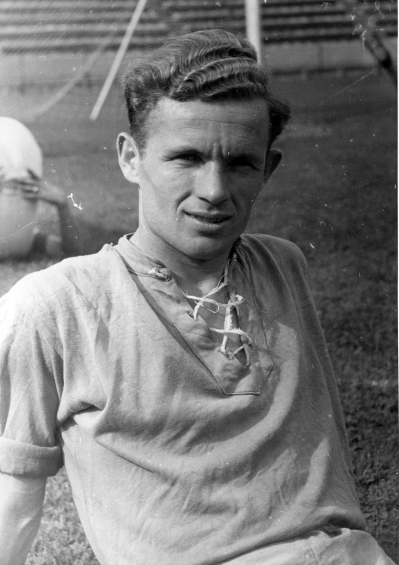 dr. Lakat Károly, aki futballistaként és edzőként is a legenda lett. Szegedről érkezett 1943-ban a Fradiba és visszavonulásáig, 1952-ig csak a zöld-fehéreknél játszott. Puskás Ferenc egyetlen védőjátékostól tartott mindig hazai pályafutása során a Tanár úrtól (magyar irodalom és történelem tanári végzettsége volt). 302 meccset játszott a Fradiban, miután edző lett. 1963 és 1972 között kát olimpiai aranyat és egy ezüstérmet nyert a csapatával. Összesen 625 meccsen ült a kispadon, amellyel 2008-ig magyar csúcstartó volt. A Ferencváros örökös tagja.