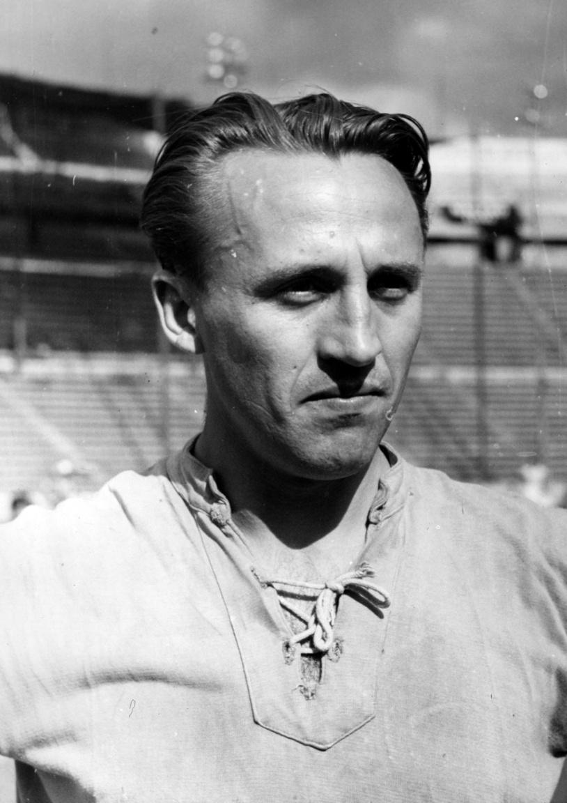 Kéri Károly, aki a MÁVAG-tól érkezett a Ferencvárosba. Amolyan szürke eminenciásnak számított, akit védőként és fedezettként is eredményesen lehetett bevetni. Arról volt nevezetes, hogy 1944. december 17-én ő szerezte a Fradi utolsó világháborús gólját. Egyszeres bajnok és kupagyőztes volt. Egyetlen meccsen szerepelt a válogatottban: 1948 május 23-án, a csehek ellen 3-1-re megnyert találkozón csereként lépett pályára. Pályafutása után vendéglősként és lakosként is hű maradt a Ferencvároshoz. .Egy nappal 79. születésnapja után temették el.
