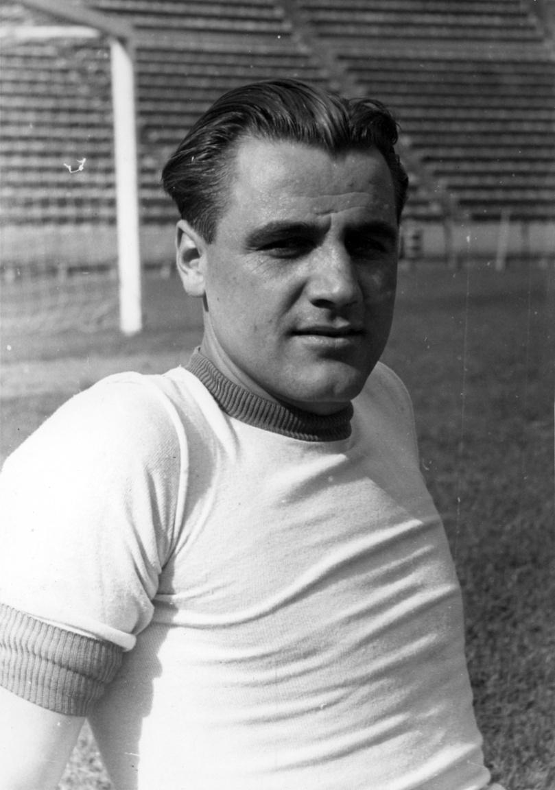 Kispéter Mihály, aki termetével kimagaslott a mezőnyből. Kiváló védő játékos, aki fejjel és lábbal is nagyszerűen bánt a labdával. A Debreceni MÁV csapatából lett válogatott és 1947-ben került a Fradihoz. Meghatározó egyénisége volt a klubnak, a korábbi csapatkapitány, Rudas Ferenc maga ajánlotta saját helyére. Futballkarrierje után edzősködött, majd tragikus hirtelenséggel, 46 éves korában hunyt el. 1966-ban, a tatai edzőtáborban, futballozás közben végzett vele egy szívroham.
