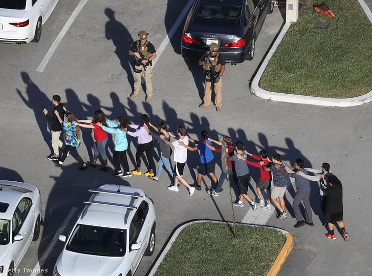 Diákok hagyják el a helyszínt a floridai iskolai lövöldözés után