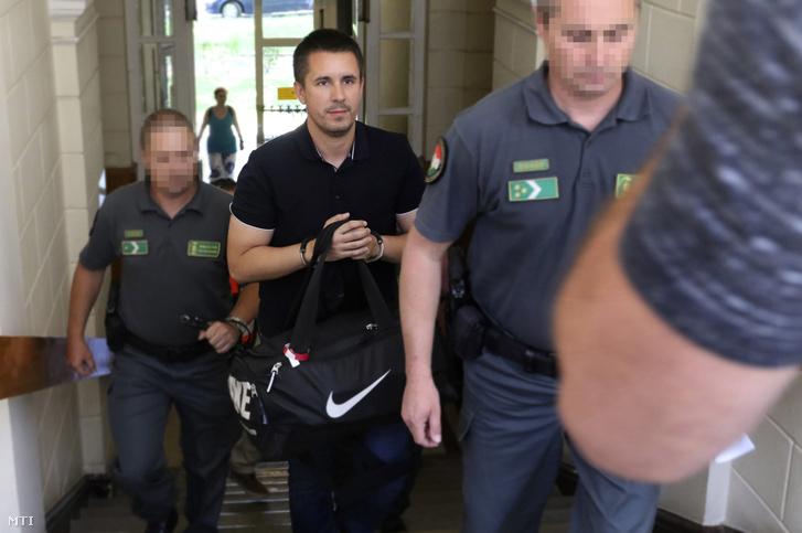 A Nemzeti Adó- és Vámhivatal (NAV) munkatársai kísérik Czeglédy Csaba ügyvédet a baloldal szombathelyi városi képviselőjét (k) a Szegedi Járásbíróságon 2017. június 15-én. A bíróság elrendelte egy munkaerő-közvetítéssel foglalkozó többmilliárd forintos adócsalással gyanúsított bűnszervezet kilenc tagja köztük Czeglédy Csaba előzetes letartóztatását.