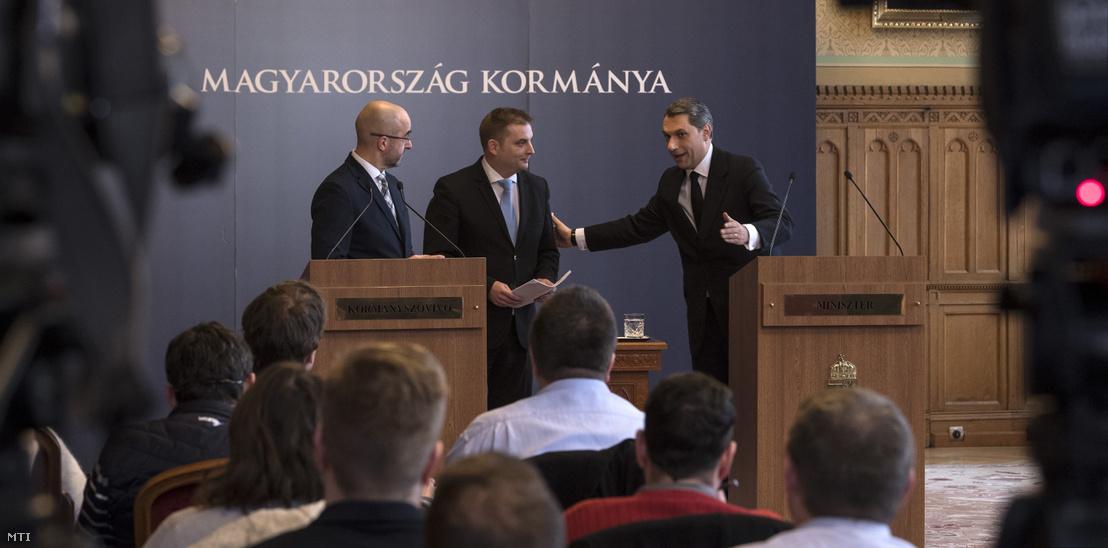Lázár János Miniszterelnökséget vezető miniszter (jobbra) szokásos heti sajtótájékoztatóján megjelent Harangozó Tamás az MSZP frakcióvezető-helyettese (középen) az Országházban 2018. március 1-jén. Balra Kovács Zoltán kormányszóvivő.