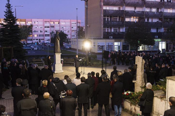Kovács Sándor a térség fideszes országgyűlési képviselője beszél a reformáció emléknapján rendezett megemlékezésen Kálvin János szobránál Mátészalkán 2015. október 27-én.