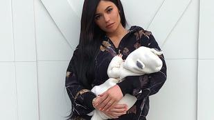 Végre újszülött lányával is fotózkodott egyet Kylie Jenner