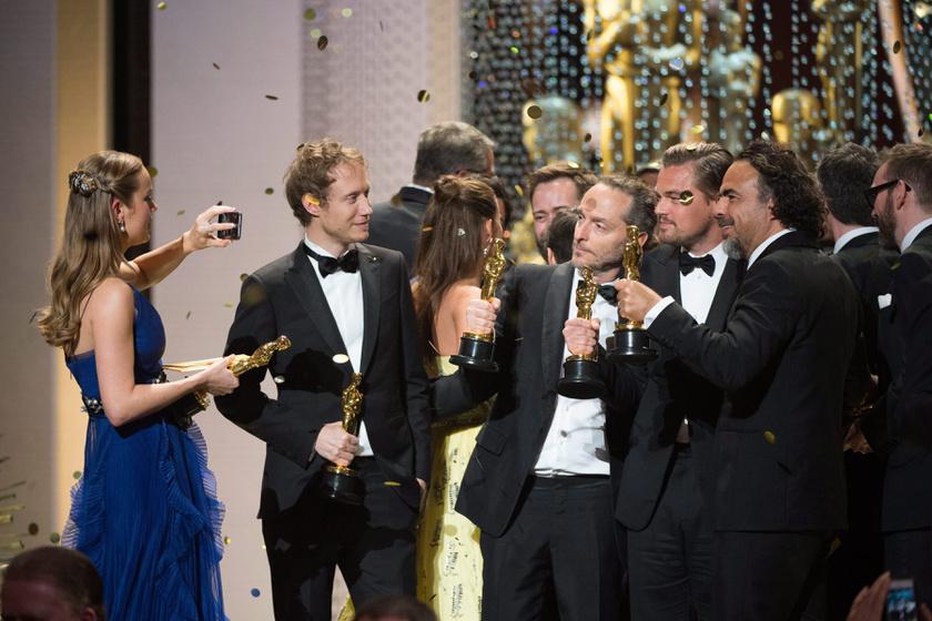Nemes Jeles László itt éppen közös szelfire készült Emmanuel Lubezki operatőrrel, Leonardo DiCaprióval és Alejandro González Inárritu rendezővel.