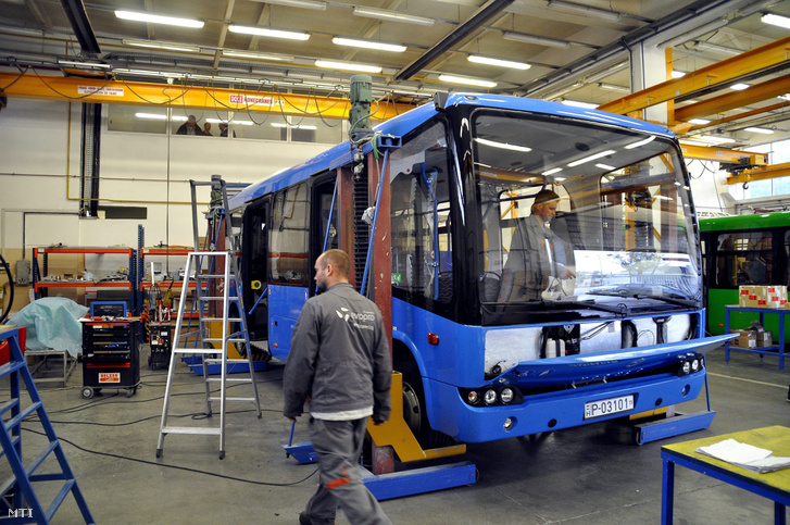A magyar mérnökök által tervezett és fejlesztett Modulo buszcsalád elektromos hajtású buszai készülnek a NABI (North American Bus Industries) budapesti mátyásföldi buszkarosszéria-gyártó és összeszerelő üzemében 2015. október 8-án. A kompozit műanyagból készül karosszériaelemek variálásával és összeragasztásával többféle hosszúságú busz építhető.