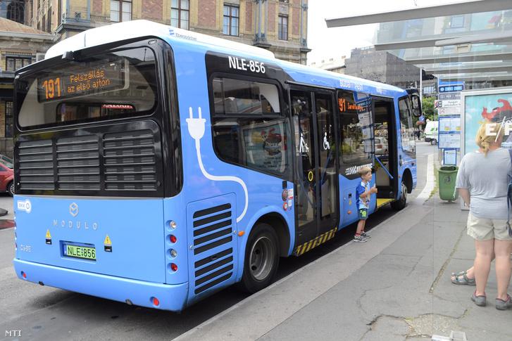 A BKK 191-es jelzésű autóbuszvonalán közlekedő Evopro Modulo Medio Electric busz.