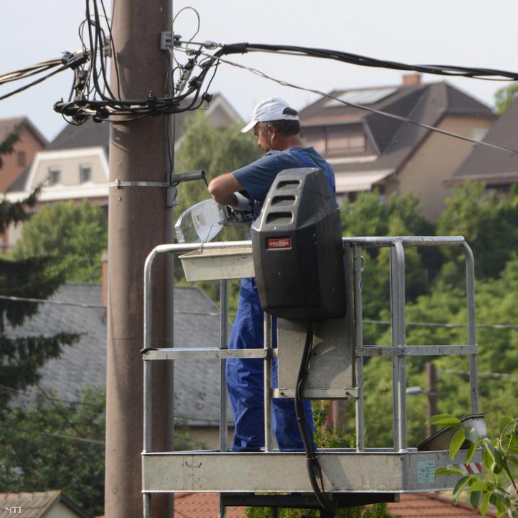 2015-ben az OLAF által problémásnak ítélt projektben 3 ezer új lámpa került Vácra