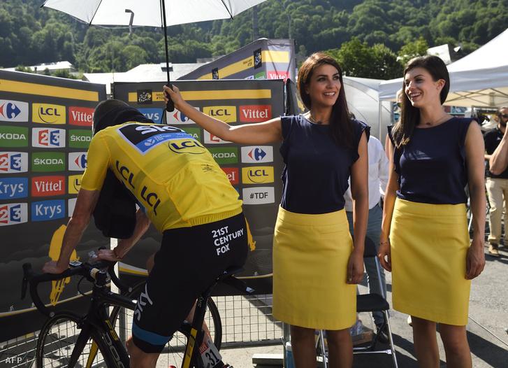 A sárga trikós Chris Froome fölé tartanak napernyőt hoszteszek