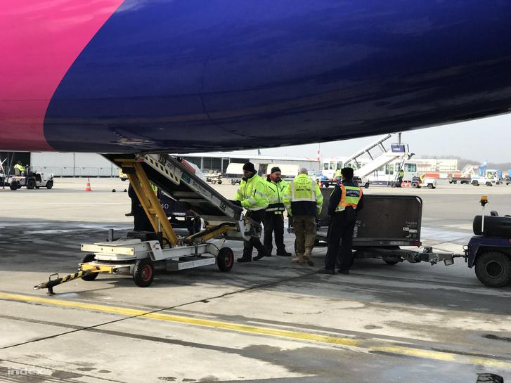 Rendőrök ellenőrzik a poggyász bepakolását a Wizz Air bolognai járatán, 2018. február 11-én