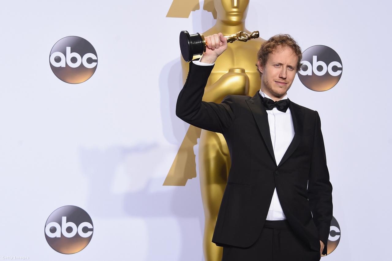 """Hosszú oldalakat lehetne megtölteni az Oscar-gála nagy pillanataival, de nekünk, internetező magyaroknak biztosan az az egyik legszebb élmény, amikor 35 év kihagyás után újra elhangzott a mondat:  """"és az Oscar-díjat kapja: Magyarország"""". A Saul fia 2016-ban nyert Oscar-díjat, Nemes Jeles László ráadásul szép és okos köszönőbeszédet is mondott a színpadon, az embernek maradásról és a reményről."""