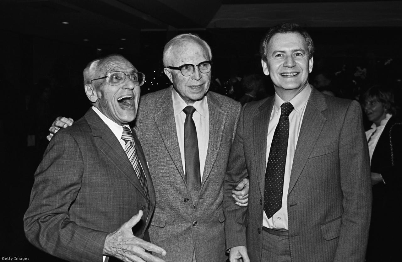 1981, az év, amikor Szabó István volt az Oscar-bohóca. Teljesen magán kívül volt, amikor kimondták, hogy a Mephisto nyert. Kiakadt szemekkel, tátott szájjal rohant fel a színpadra, majd magához invitálta főszereplőjét, Klaus Maria Brandauert, akivel boldog majmokként ugráltak összekapaszkodva. A műsorvezető Johnny Carson csak annyit mond utánuk, hogy kövessék őket a backstage-be, ahol nemsokára bejelentik az eljegyzésüket. A képen viszont George Cukor és King Vidor pózol Szabó mellett.