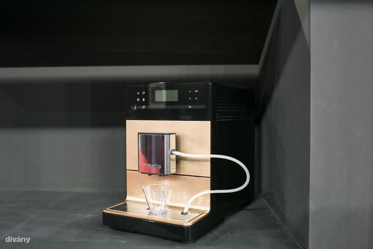 Ez pedig a Miele új kávéfőzője, ami már 300 ezer forint alatt van, nagyon letisztult, frissen őrli a kávét, tejet is habosít és egyszerre két kávét tudsz vele csinálni