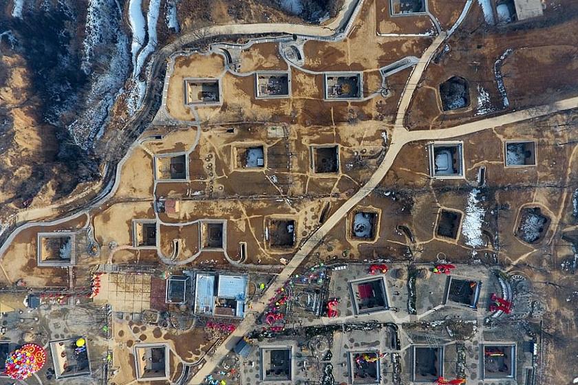 A yaodongok egyik gyakori típusát egy négyzet alakú, földbe süllyesztett udvar köré alakítják ki, melynek létrehozását a talaj rendkívüli stabilitása teszi lehetővé. Az udvar pihenőhely és közösségi tér egyszerre.