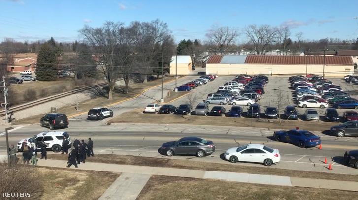 Rendőrök az egyetem kampusza előtt