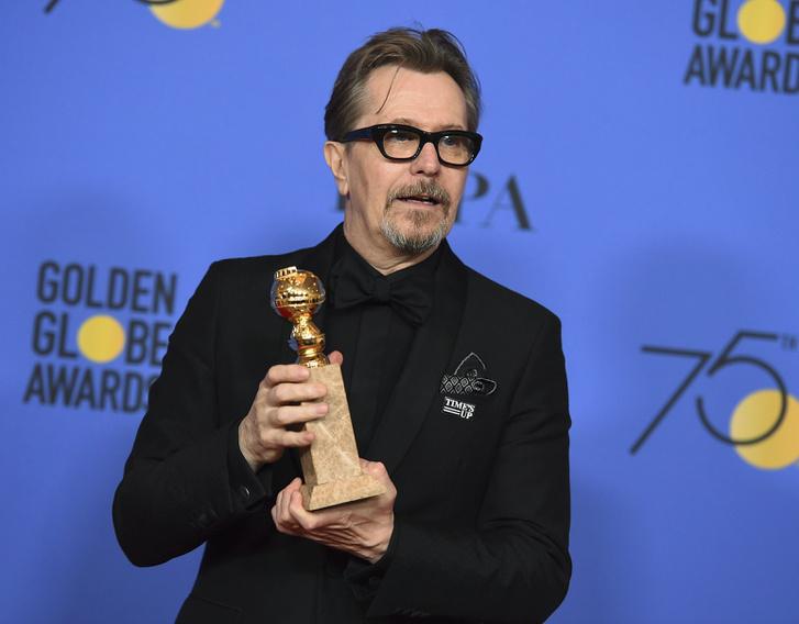 Gary Oldman A legsötétebb óra című filmjéért kapott Golden Globe díjával