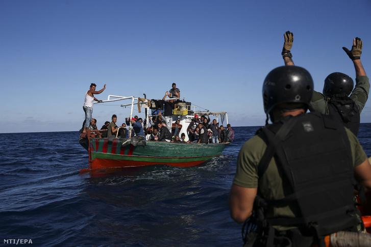 Menekülteket szállító hajót közelítenek meg portugál tengerészgyalogosok a Földközi-tengeren a szicíliai Pozzallo város közelében 2017. október 27-én. A portugál haditengerészet a fedélzetére vette a lélekvesztõn utazó negyvennyolc menekültet akiket átadott az olasz hatóságoknak.
