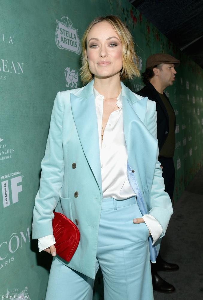 Olivia Wilde egy türkizkék nadrágkosztümben volt, kacéran begombolatlanul hagyott inggel, és annyira vörös táskával, hogy az mintha kiáltozna a hűvös színű blézer mellett