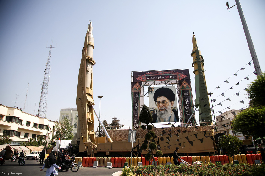 Dísznek beállított ballisztikus rakéták Teheránban, egy katonai parádé alkalmából.
