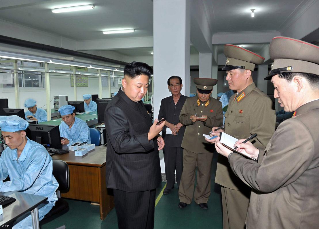 Kim Dzsongun egy gyárlátogatáson.