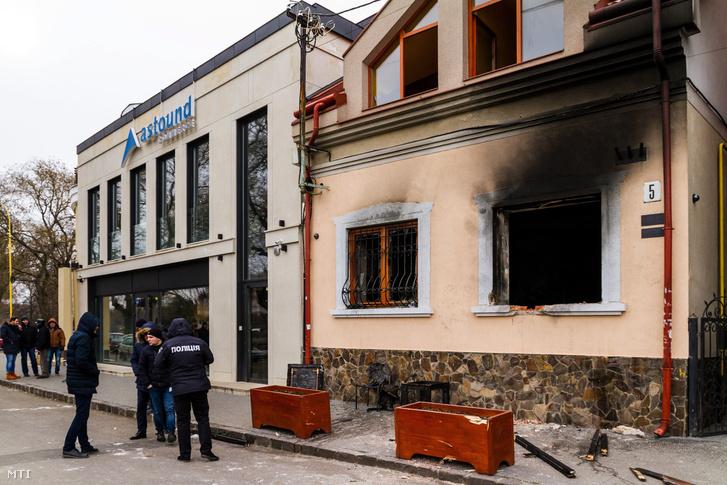A Kárpátaljai Magyar Kulturális Szövetség (KMKSZ) központi irodája, amelyet ismeretlenek felgyújtottak Ungvár belvárosában 2018. február 27-én hajnalban.
