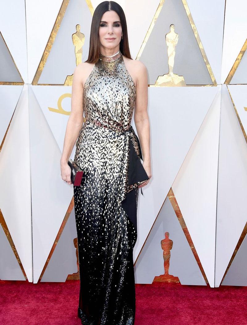 Az 53 éves Sandra Bullock káprázatosan festett ebben a csillogó, flitteres Louis Vuitton-estélyiben.