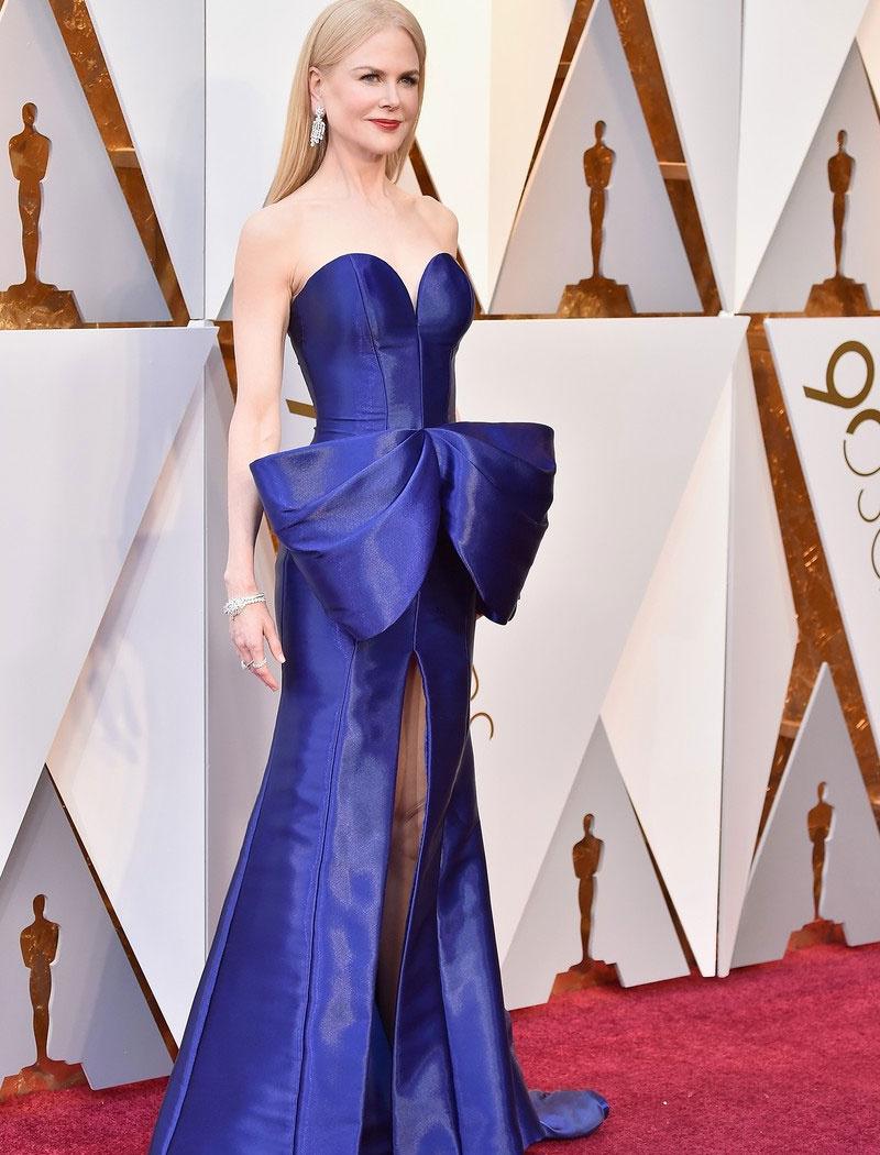 Nicole Kidmannek vigyáznia kellett, ha lépett - alulról magasan felsliccelt ruhájában majdnem villantania is sikerült.