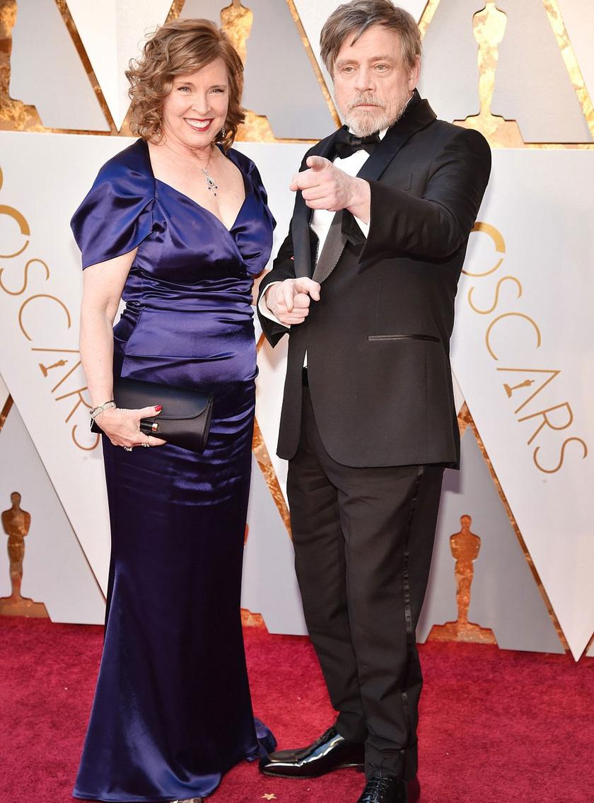 Mark Hamill ezúttal sem bírta ki bohóckodás nélkül: vicces pózokba vágta magát a felesége mellett.
