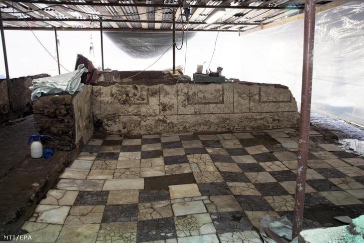 A római kulturális örökségvédelmi felügyelőség sajtóhivatala az SSBAR által 2018. március 2-án közreadott kép egy lakóház kőpadlójáról. Az egykor egy római parancsnok otthonául szolgáló ház szomszédos egy a Traianus császár uralkodása idején a Kr. u. elsõ században épült kaszárnyával amelyet utóda Hadrianus császár átépíttetett